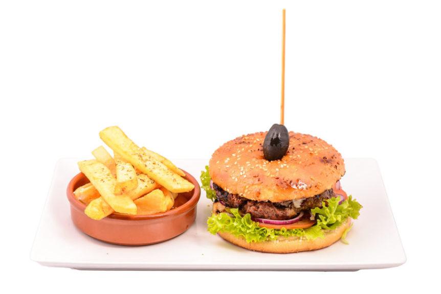 Homemade burger cu cartofi prăjiți Club 32 Pitesti